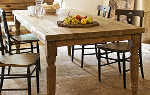 Klassische Holzmöbel versprühen ländlichen Charme