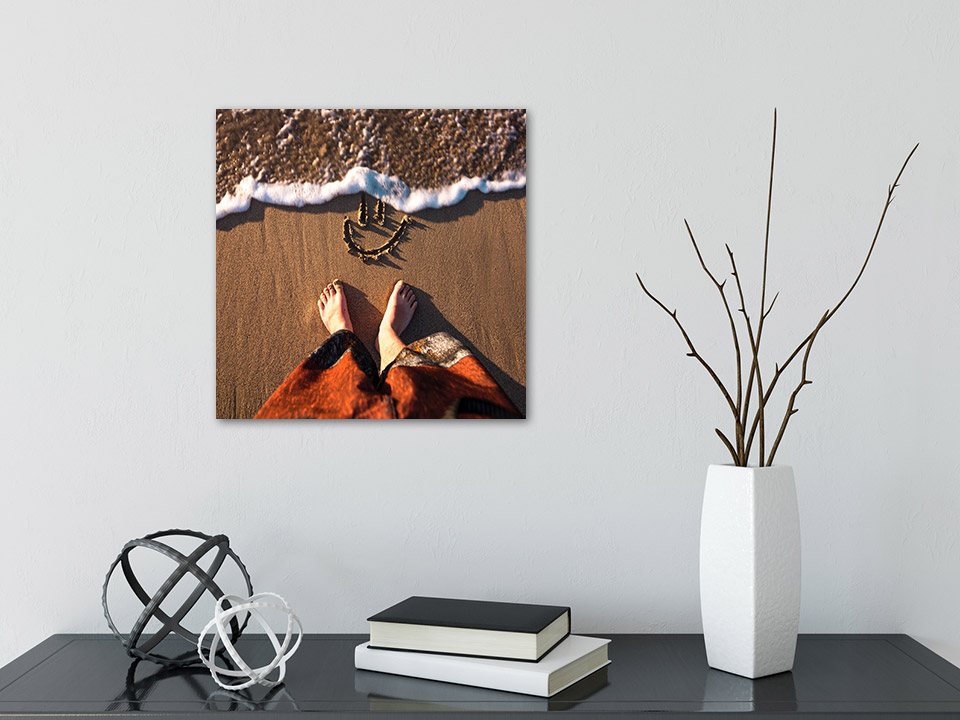 Quadratische Fotoleinwand in 30x30 cm über Schreibtisch